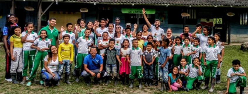 Cine en la Montaña es una propuesta de educación que conecta comunidades rurales con el mundo a través del cine, logrando transformar estereotipos negativos y generando espacios de educación, arte y paz en las veredas e instituciones educativas de Carepa en el Urabá Antioqueño.